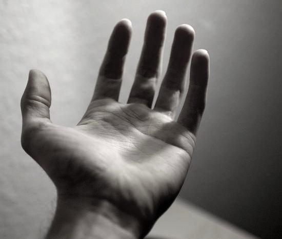برق گرفتگی دست انسان